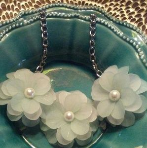 Resin flower necklace with faux pearls